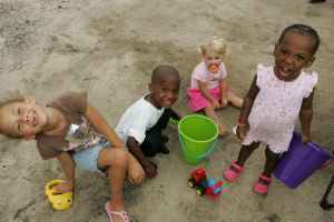 Nice_sweet_children_playing_in_sand